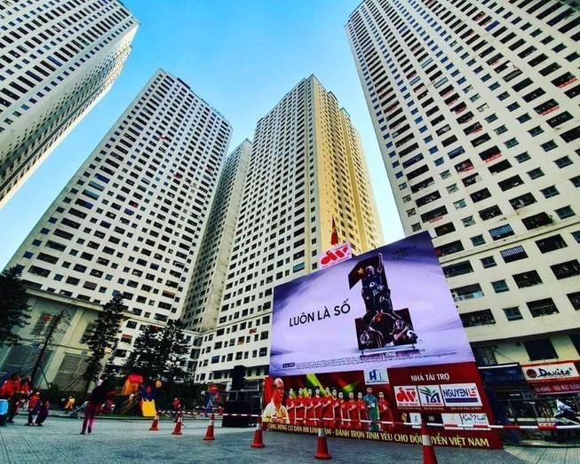 Cư dân góp tiền lắp màn hình Led 'khủng' để xem U-22 Việt Nam
