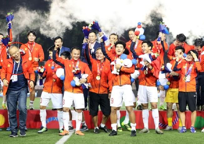 18 giờ chiều nay, 2 đội tuyển bóng đá Việt Nam về tới Nội Bài