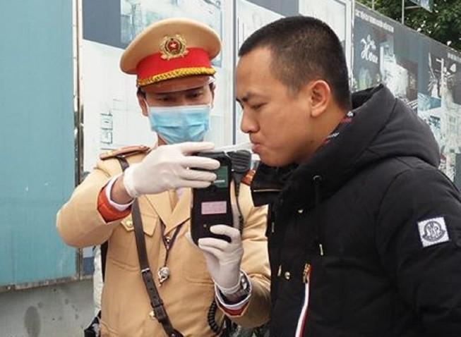 Chùm ảnh CSGT đeo khẩu trang, găng tay kiểm tra nồng độ cồn