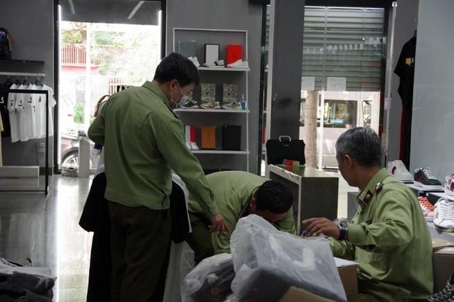 Lô hàng hiệu nghi giả mạo tại khu đô thị 'nhà giàu' Hà Nội