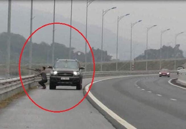 Tài xế bị tước bằng lái vì… dừng xe trên cao tốc để bắn chim