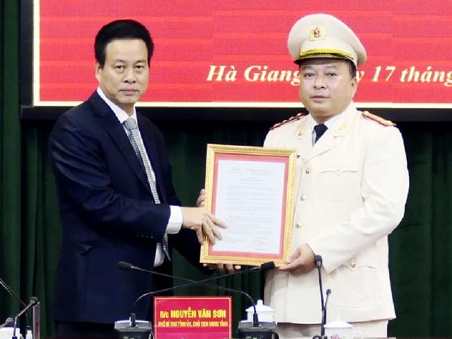 Tân giám đốc Công an tỉnh Hà Giang Phan Huy Ngọc (phải). Ảnh: Báo Hà Giang