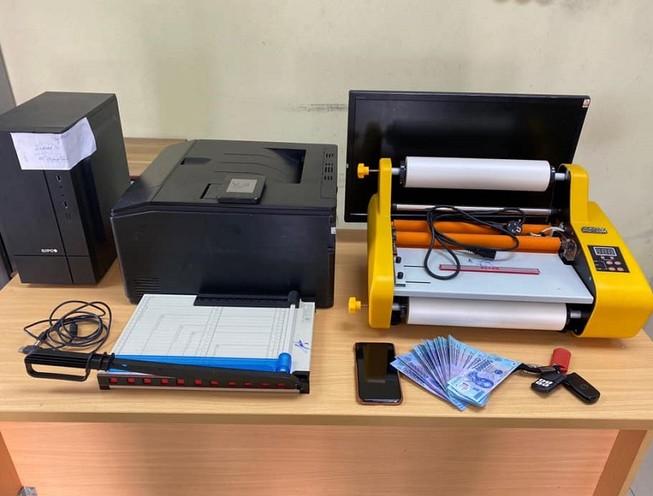 Choáng: Sản xuất tiền giả bằng máy in màu và ép nylon