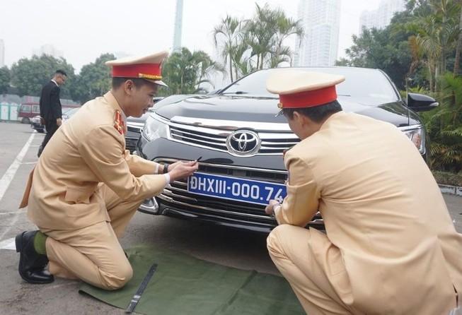 CSGT kiểm định, gắn biển tạm cho 109 ô tô phục vụ Đại hội XIII