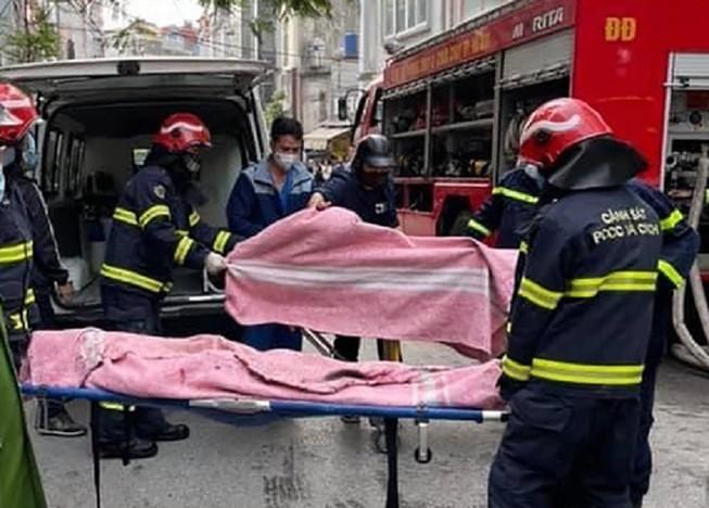 Lực lượng chức năng đưa các nạn nhân ra ngoài. Ảnh: FB