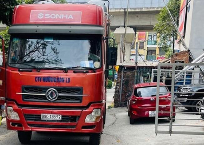 Xe container tải trọng 40 tấn đi lùi trên cao tốc