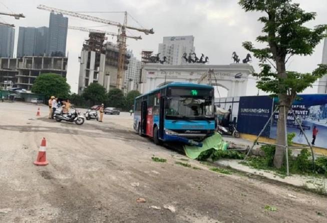 Xe buýt lao lên vỉa hè, tông chết người