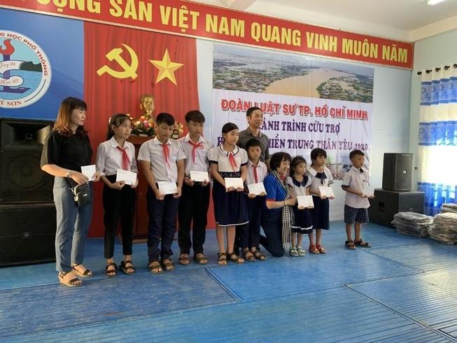 Đoàn luật sư TP.HCM trao tiền cứu trợ tại miền Trung
