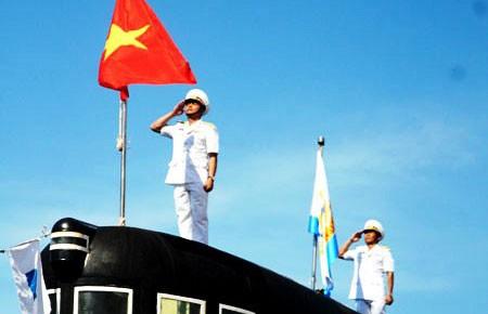 Lễ thượng cờ quốc gia trên hai tàu ngầm của Việt Nam