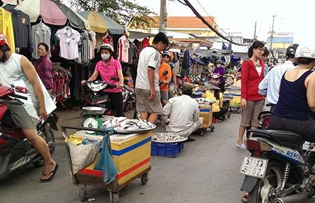 Không thể bó tay trước chợ tự phát