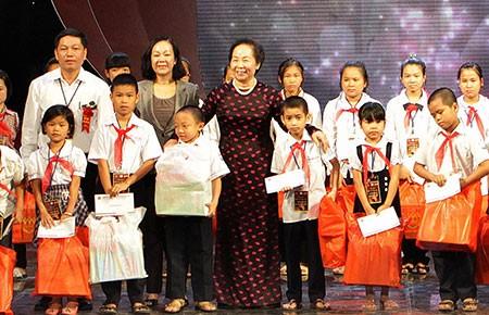Phó chủ tịch nước tặng quà cho trẻ có hoàn cảnh khó khăn