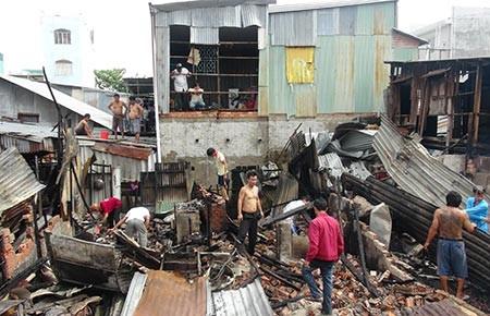 Cháy lớn thiêu rụi 12 căn nhà
