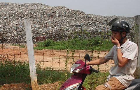 Ngộp thở vì bãi rác khủng