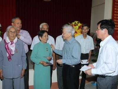 Tổng Bí thư tặng quà gia đình chính sách tại Trà Vinh