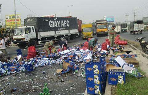 Xe chở bia gặp nạn, người dân nhặt bia giùm tài xế