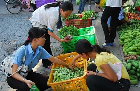 Ghé chợ lề đường để hiểu công nhân