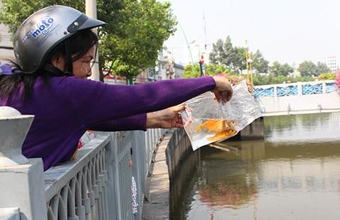 Nhiều người dân đến kênh Nhiêu Lộc thả cá tiễn ông Táo