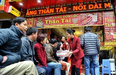 Người dân chen chúc mua vàng cầu sung túc