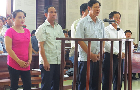 Bán lô gỗ vật chứng trước khi tòa xử