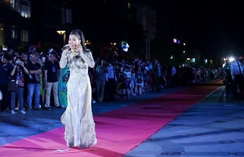 Hồ Ngọc Hà, Thu Minh… hát trên phố đi bộ Nguyễn Huệ