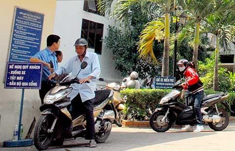 Cơ quan nhà nước phải treo bảng 'giữ xe miễn phí'