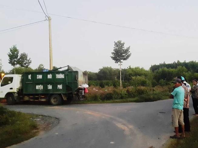 Dân chặn xe nhà máy xử lý rác gây thối