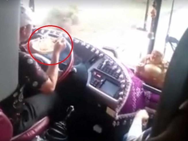 Vừa lái xe vừa ăn mì: Coi thường tính mạng hành khách