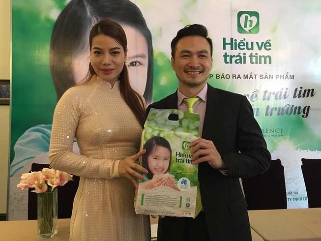 Trương Ngọc Ánh đi bán gạo giúp trẻ em nghèo