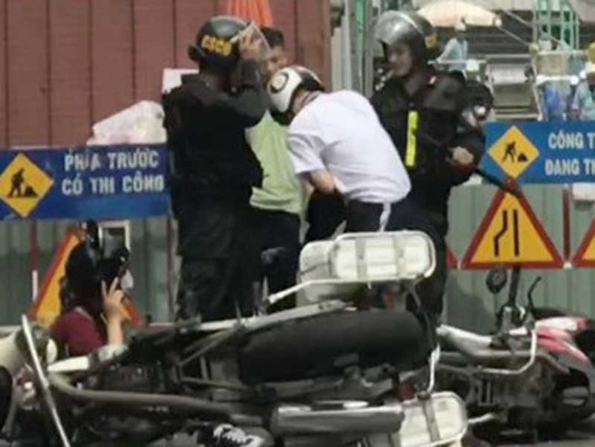 Cảnh sát cơ động thúc gối vào bụng thiếu niên