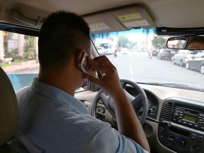 Dùng điện thoại khi lái ô tô: Phải cấm ngay
