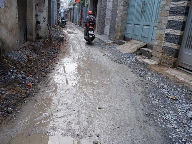 Dân bức xúc vì 4 tháng chưa sửa xong đoạn đường