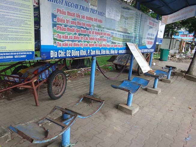 Trạm xe buýt nhếch nhác