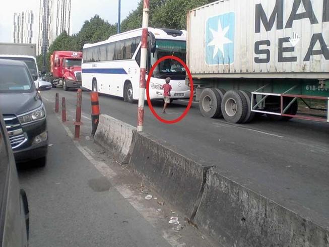 Mưu sinh nguy hiểm ở hai đầu cao tốc