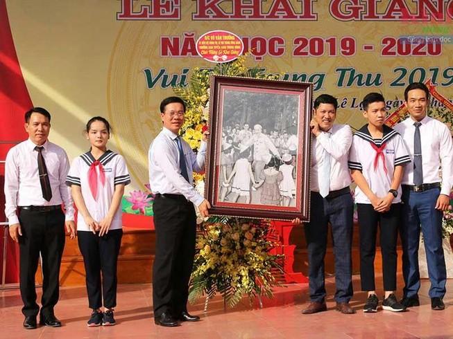 Lãnh đạo Đảng, Nhà nước chung vui với HS trong ngày khai giảng