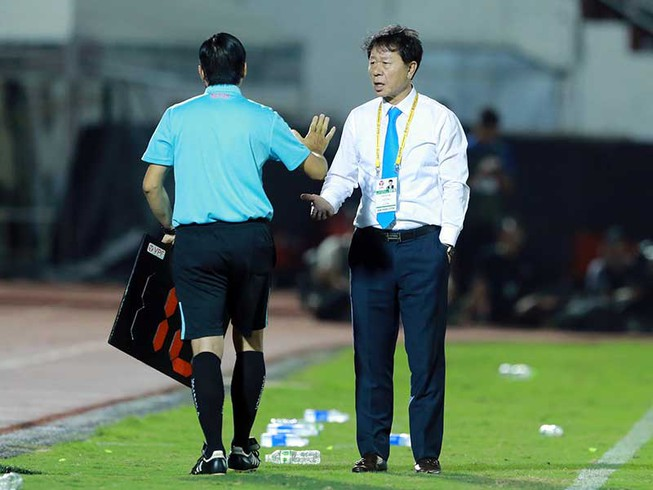 Trả lời báo Hàn Quốc, HLV Chung nêu khiếm khuyết ở V-League