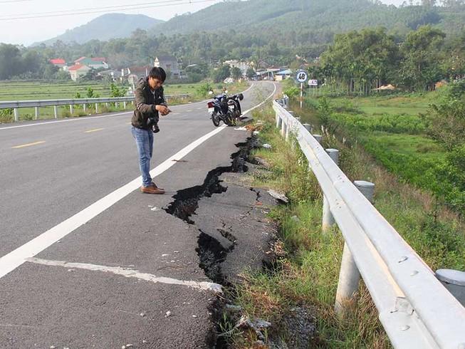Đường dẫn cầu vượt cao tốc Đà Nẵng-Quảng Ngãi nứt toác