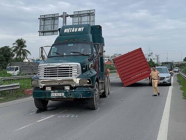 Một vụ xe đầu kéo rơi container trên đường.