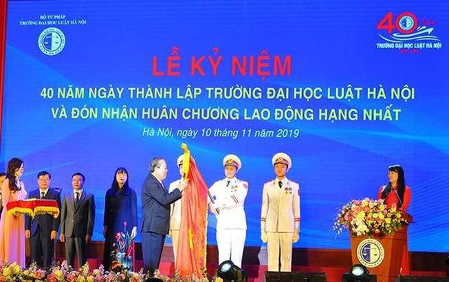ĐH Luật Hà Nội nhận huân chương Lao động hạng Nhất lần hai