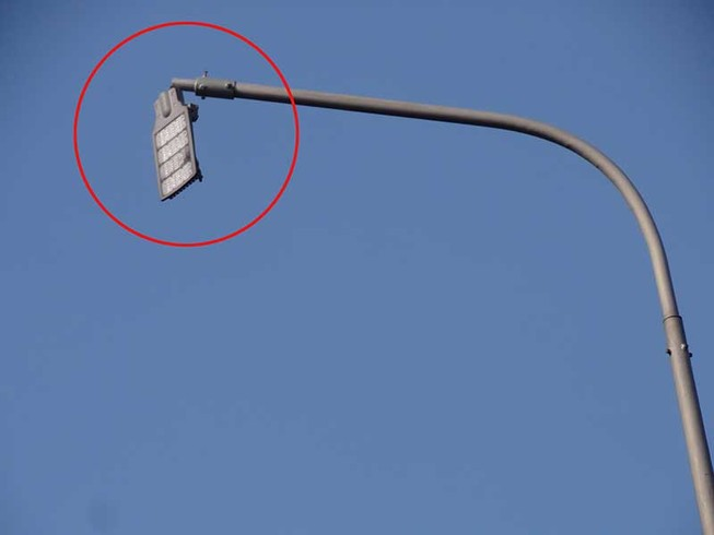 Bóng đèn gãy, gây nguy hiểm cho người đi đường