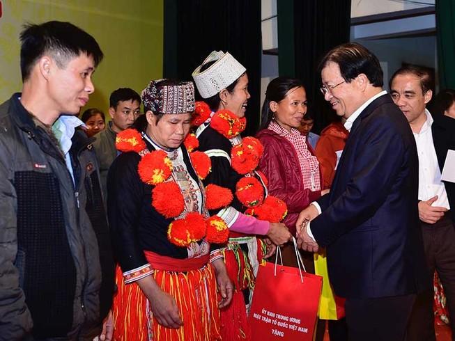 Phó thủ tướng tặng quà tết cho hộ nghèo, gia đình chính sách
