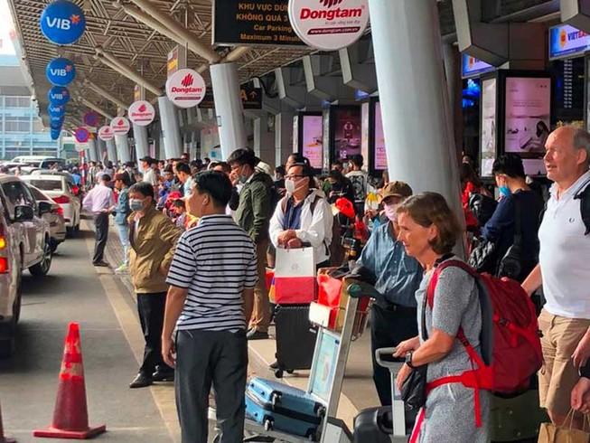 Hàng chục ngàn người trở lại TP.HCM