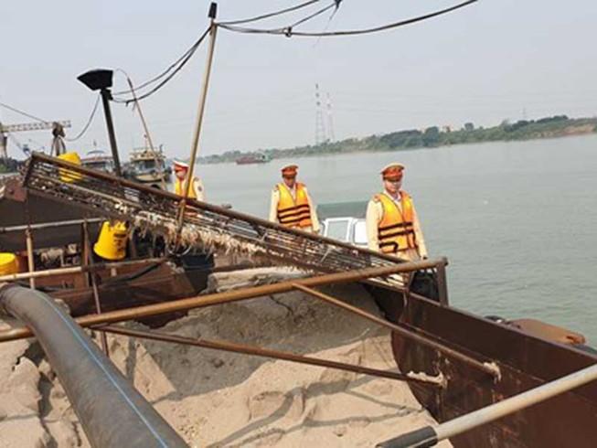 Bắt tàu hơn 260 tấn hút cát trái phép ở sông Hồng