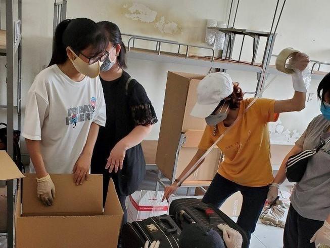 Các tình nguyện viên thu dọn đồ đạc của SV, dành chỗ cho người cách ly tại KTX ĐH Quốc gia TP.HCM