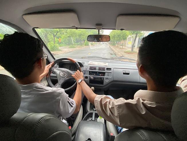 Có hay không việc dùng bằng B1 không được lái ô tô?