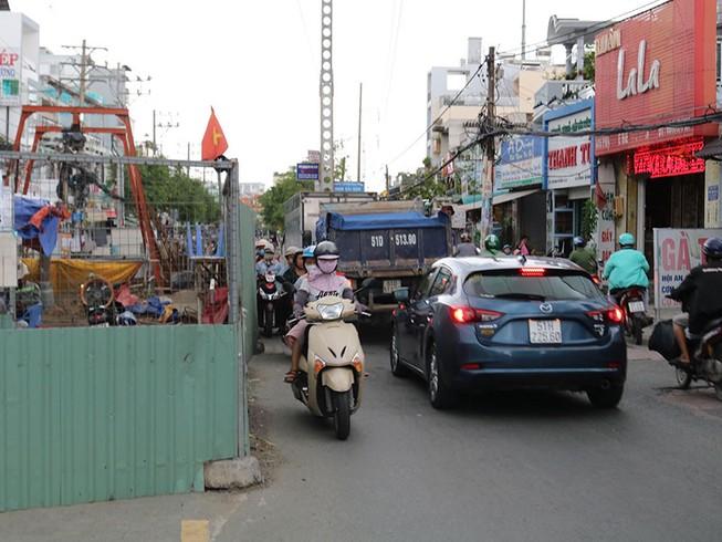 Rào chắn bủa vây nhiều tuyến đường ở TP.HCM