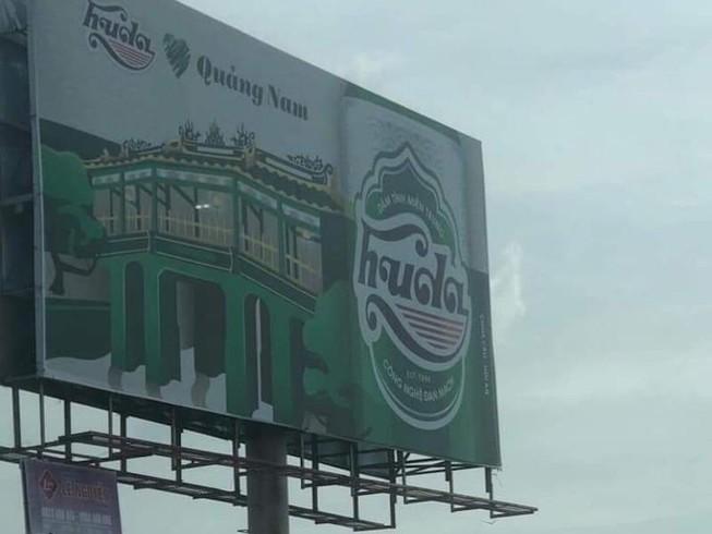 Tháo dỡ biển quảng cáo biểu tượng di sản chùa Cầu bị bia chèn