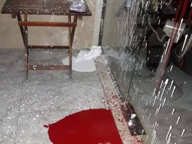 Nhà hàng bị 'khủng bố' bằng sơn, mắm tôm