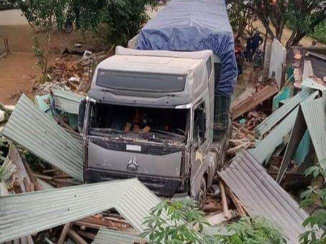 Xe đầu kéo tông sập nhà, 3 người thoát chết hi hữu