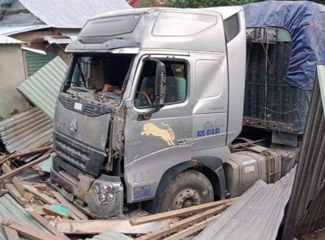 Tài xế container tông sập nhà dân có nồng độ cồn trong máu