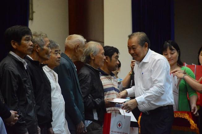 Phó thủ tướng Trương Hoà Bình trao quà Tết cho dân ở Quảng Nam